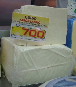 Al queso blanco duro en el Mercado de las Maravillas en Madrid se le consigue como queso latino