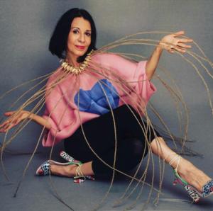 Angela Oraa fotografiada por Guillermo Felizola, con accesorios de Adriano Russel y zapatos de Sophia Webster.
